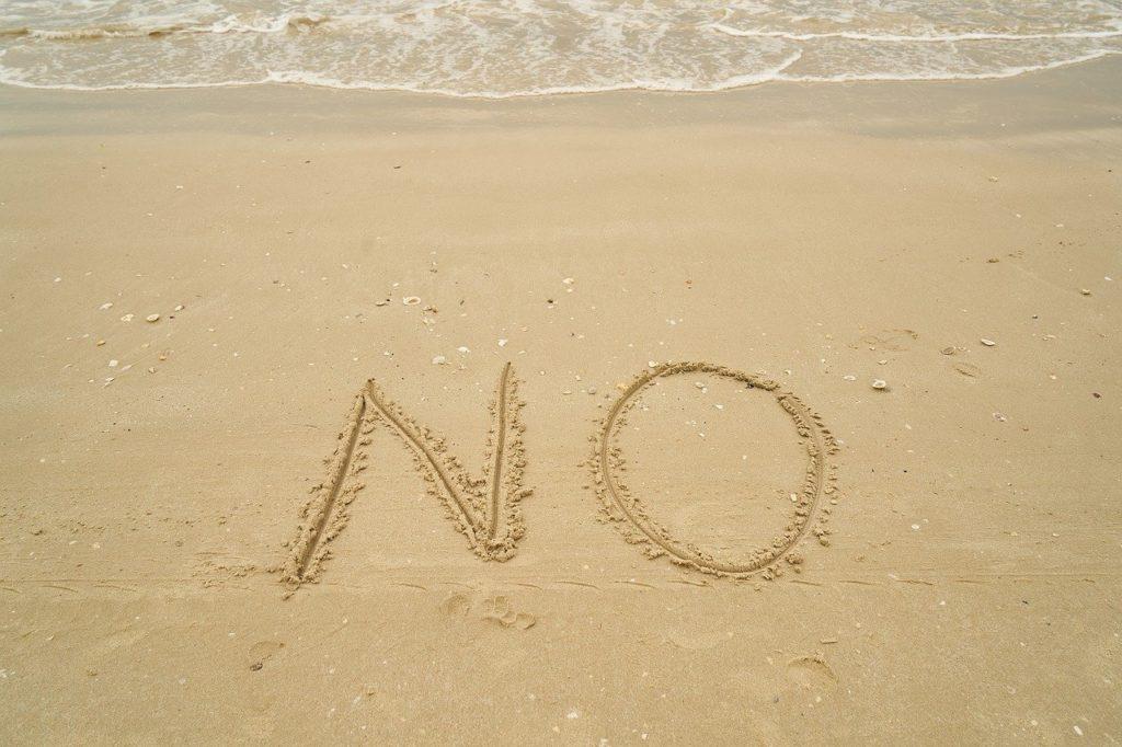 砂浜に「No」の文字
